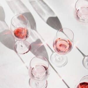 Dekorative vinglas på bord