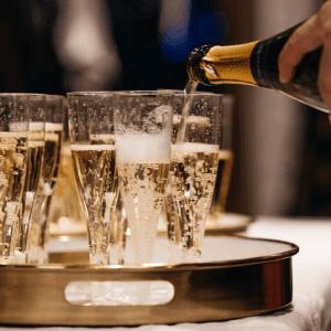 Mousserende vin i hældes i glas