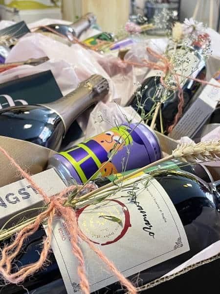 Gavekurv med bæredygtig indpakning til vin